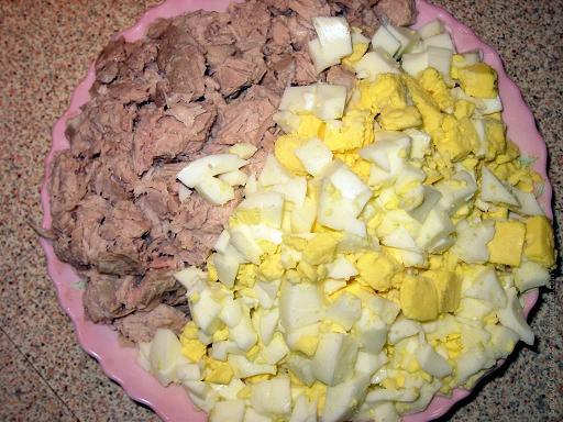 Варим-нарезаем мясо и яйца