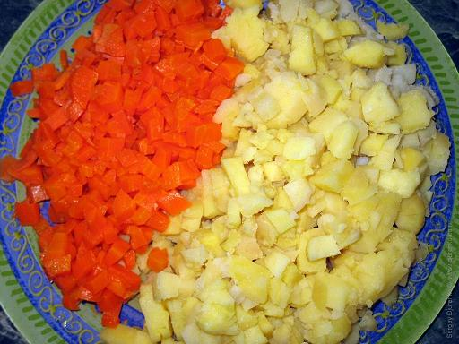Нарезанный картофель и морковь