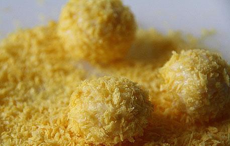 Обваливаем сырные шарики