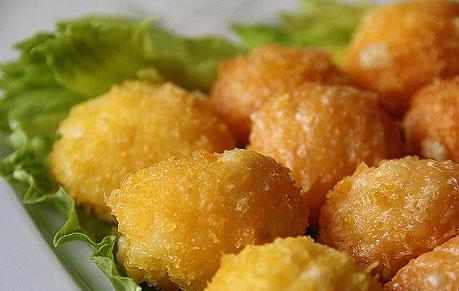 Подаем к столу готовые сырные шарики
