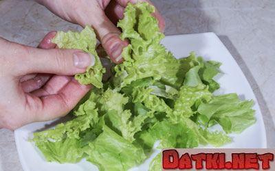 Разрываем салат на небольшие кусочки