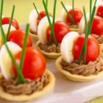 Тарталетки с перепелиными яйцами, печеночным муссом и помидорами черри