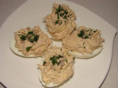 Яйца, фаршированные тунцом и сыром